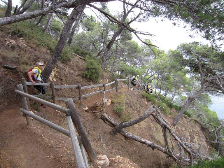 Espanjan kummuilla ensimmäisellä juoksuosuudella. Joukkuekaveri Mikko ehtii paistatella kuvaajalle.