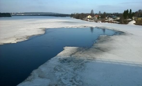 Joet Rovaniemellä ovat vielä kävelijöiden ja pilkkijöiden käytössä. Kemijoki vapautunee jäistä ensin. Sitä saa kuitenkin vielä odottaa parisen viikkoa.