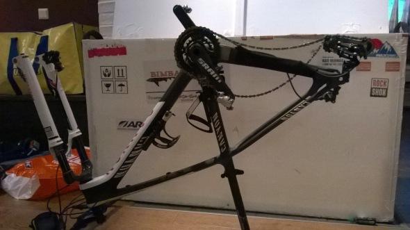 Pyörät pitää pakata ja ottaa käyttöön kisan aikana laatikosta. Uusi pyörä mahtui onneksi helposti valmiiseen laatikkoon.
