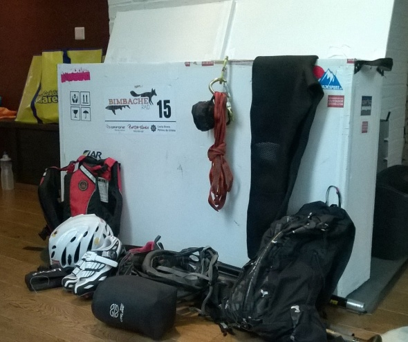 Pyörälaatikkoon mahtuu mukaan melonta ja kiiepily varusteet ja painavat geelit. Vaatteet jäävät laukkuun pakattaviksi. Laukulla on lemipinimi, ruumiskassi.