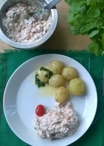 Uudet potut ja lämminsavulohi lisäke on ehdoton kesäherkku. Salaatti syödään erikseen, ettei sulatettu voi pääse turmelemaan sitä.