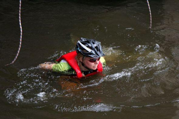 Kuumana kesäpäivänä on hyvä käydä uimassa. Vaikka pyöräilykypärä päässä. Kuvaaja Liisa Paakkanen.