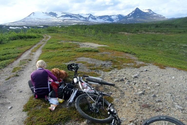 Tauko on paikallaan. Ei ollut muita kulkijoita häiritsemässä matkan tekoa. Koko reissulla näimme ihmisiä vain Norjan suunnassa. Reitti pältsalta Kummavuopioon on jalkaisin kulkevalle pitkä.