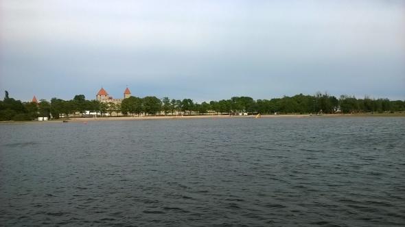 Kuresaaren linnaa on hienon näköinen ja sen ympärillä oleva puisto soveltuu hyvin juoksemiseen. Rantaviivaa Saarenmaalta löytyy kyllä.