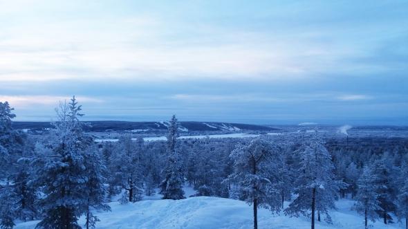 Tällainen on Rovaniemen joulu vuonna 2015. Lunta ja pakkasta riittää, ja talviulkoilu olosuhteet ovat mahtavat. Tässkin kuvassa on latuja kymmeniä kilometrejä, Ounasvaaralla ja aivan tässä kuvaotoopaikan vieressäkin risteilee reilut20 km latuja.