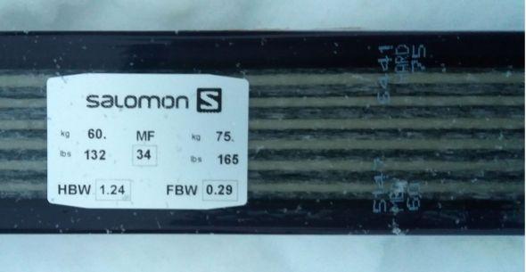 Sukset tarkat tiedot selviävät rungon merkistä. Oikealla näkyy myös painoalue. Pituutta suksella on 196 cm.