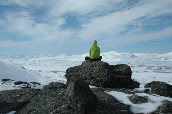 Huipulla on aina hyvä olla. Ainakin niin lauan, kun ei tuuli hätyyttele pois. Kuva on pääsiäiseltä 2013 Låktakkjokalta.