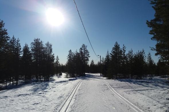 Huhtikuun 23- päivä näytti tältä Ounasvaaran ladulla. Kelit kestänevät hyvinä vapun yli.