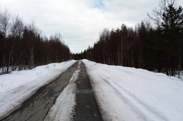 Huhtikuussa pyöräily on vielä osittain tälläistä, eikä metsään ole asiaa yleensä kun toukokuun puolella. Siksi suksilla tuleekis treenattua pyöräilyn kannalta vähän liiankin  pitkään.