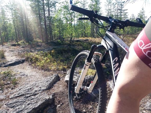 Parhaimmillaan maastopyöräily sujui jo shortseissa. Eilen tarvittiin taas takkia.