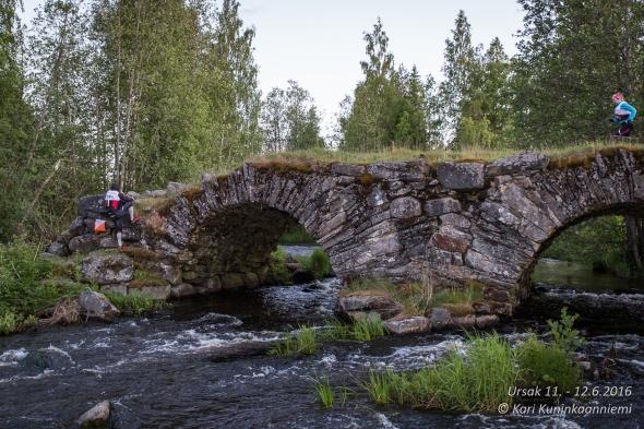 Päässä oleva silta ja siinä kököttävä rasti.
