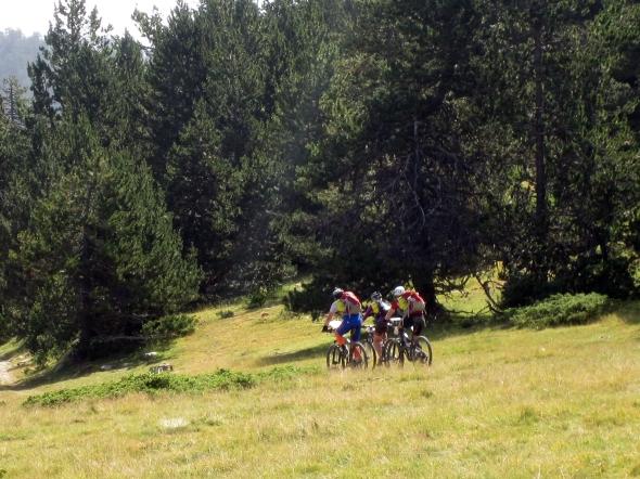 Ylös käy Pyreneillä pyöräilijän tie.