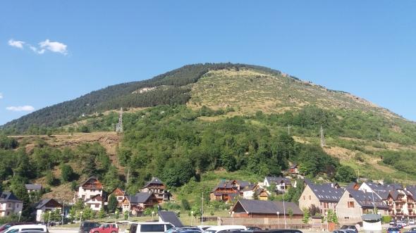 Lähtöpaikka Vielha on varmasti käymisen arvoinen kohde. Upeat vuoret ympäröivät Alppi-tyyppistä kylää, jossa on tarjolla runsaasti palveluita.