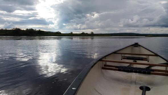 Ounasjoki muuttaa muotoaan. Tänä kesänä vesi on ollut koko ajan korkealla, ja hiekkarantoja vain vähän esillä. Taivas heijastelee usein tulevia ja meneviä sadekuuroja. Pilvetön kesätaivas on ehkä tylsin.