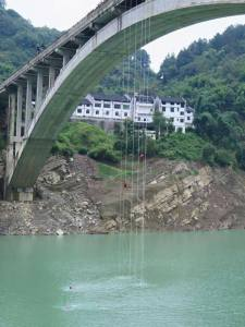Lopun laskeutuminen sillalta.