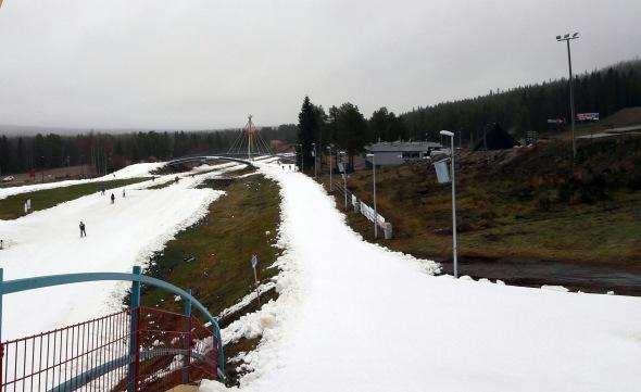 Hiihtostadionilta latu jatkuu itään, kohti golfkenttää.