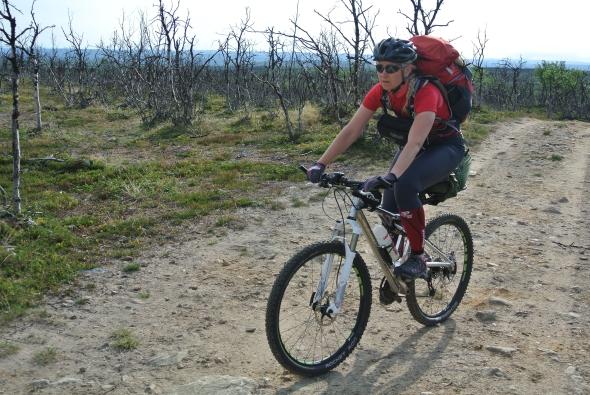 Ylikuormittumista hakemassa pitkältä maastopyöräilyreissulta. Tuona viikonloppuna nytkytin haastavassa ja hitaassa maastossa kaksi ja puoli pitkää päivää. Näillä harjoituksilla omaa kestävyyttä on viety askel eteenpäin.